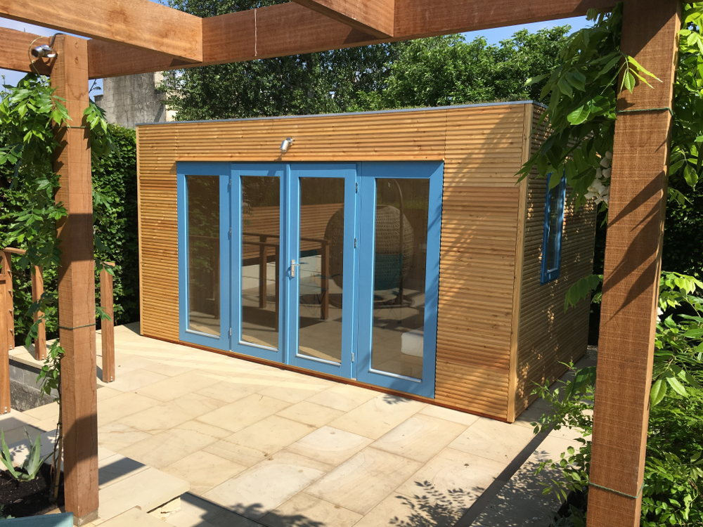 Contemporary garden room trellis in front